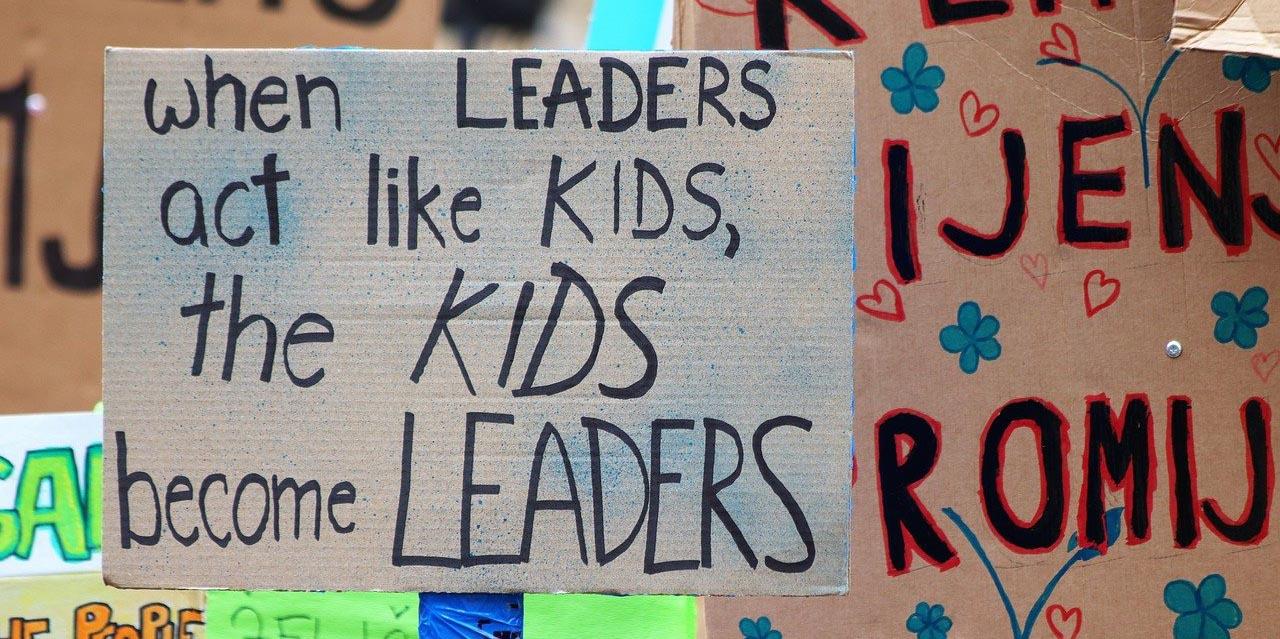 """Panneau avec le texte """"When leaders act like kids, the kids become the leaders"""" soit en français : """"Quand les leaders se comportent comme des enfants, les enfants deviennent les leaders"""""""